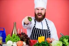Chef-kokmens in hoed Geheim smaakrecept Gebaarde mensenkok in culinaire keuken, vegetari?r Rijpe chef-kok met baard dieting stock afbeelding