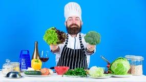 Chef-kokmens in hoed Geheim smaakrecept Het op dieet zijn en natuurvoeding, vitamine vegetariër Straatvoedsel Rijpe chef-kok met  royalty-vrije stock afbeeldingen