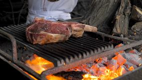 Chef-kokpeper het lapje vlees op brand
