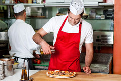 Chef-koks aan het werk binnen restaurantkeuken Stock Afbeelding
