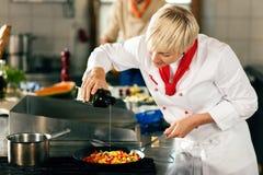 Chef-koks in restaurant of hotelkeuken het koken royalty-vrije stock foto's
