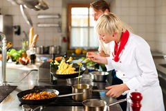 Chef-koks in restaurant of hotelkeuken het koken Royalty-vrije Stock Afbeeldingen