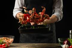 Chef-koktijd om verse garnalen in een pan te koken, die in motie met groenten bevriezen Kokende zeevruchten, gezond vegetarisch v royalty-vrije stock afbeelding