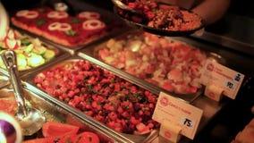 Chef-kokwijfje die voedsel op plaat in koffie zetten HD stock video