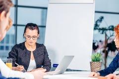 Chef Leads Brainstorming Meeting i designkontor arkivbild