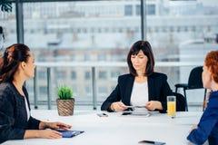 Chef Leads Brainstorming Meeting i designkontor fotografering för bildbyråer
