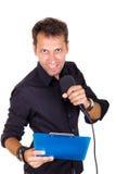 Chef masculin ambitieux parlant du microphone avec des notes Photographie stock libre de droits