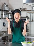 Chef masculin Gesturing In Kitchen images stock