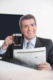 Chef med tidningen och kaffe Royaltyfri Fotografi