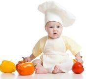 Chef mignon de bébé avec les légumes sains de nourriture photo stock