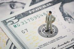 Chef miniature d'homme d'affaires se tenant et pensant sur les USA fédéraux photos stock