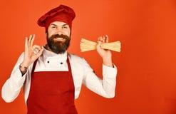 Chef mit Bündel Spaghettis zeigt okayzeichen Italienische Gaststätte Stockfotografie