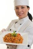 Chef mit Mahlzeit stockfoto