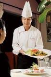 Chef mit Nahrung stockfoto