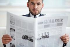 Chef mit Zeitung Stockbild