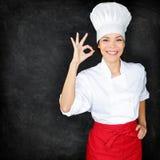 Chef montrant le signe de main et le tableau noir parfaits de menu Images stock
