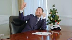 Chef- nemende grappige selfies met Nieuwjaarboom, het glimlachen royalty-vrije stock foto