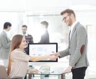 Chef och anställd som till varandra skakar händer som ett tecken av framgång Arkivfoto