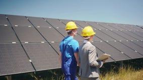Chef och arbetare i photovoltaic kraftverk stock video