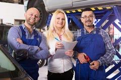 Chef och besättning som gör upp kontrollen av den brutna bilen royaltyfria foton