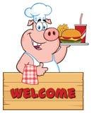 Chef-Pig Cartoon Mascot-Charakter, der Tray Of Fast Food Over ein Holzschild aufgibt einen Daumen hält Lizenzfreies Stockfoto