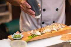 Chef préparant des sushi dans la cuisine de restaurant photo libre de droits