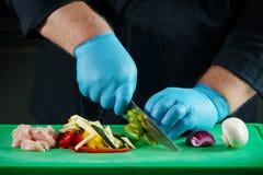 Chef préparant la nourriture pour la cuisson Photo libre de droits