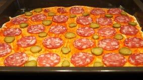 Chef préparant la pizza Effectuer la pizza Procédé de cuisson Cuisson de la pizza concombre banque de vidéos