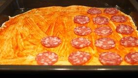 Chef préparant la pizza Effectuer la pizza Procédé de cuisson Cuisson de la pizza Saucisse banque de vidéos