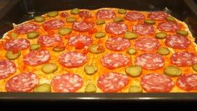 Chef préparant la pizza Effectuer la pizza Procédé de cuisson Cuisson de la pizza Tomates banque de vidéos