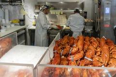 Chef préparant le homard cuit dans une stalle du marché Photographie stock