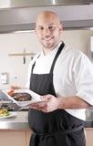 Chef présent un bifteck juteux Image libre de droits