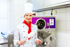 Chef preparing ice cream with machine Royalty Free Stock Photos