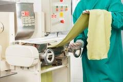 Chef-Processing Spaghetti Pasta-Blatt in der Maschinerie Stockfotografie