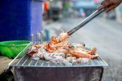 Chef professionnel Cooking Prawns ou crevette grillée sur le fourneau de charbon de bois Fruits de mer de BBQ grillés par crevett image stock