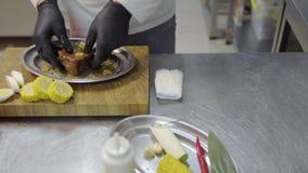 Chef réussi versant le morceau de viande cru avec la sauce de soja avant la cuisson dans le four dans le plan rapproché de cuisin banque de vidéos