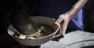 chef& x27; s варя лапши в местном ресторане Стоковая Фотография RF