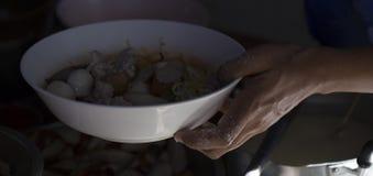 chef& x27; s варя лапши в местном ресторане Стоковые Изображения