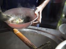 chef& x27; s варя лапши в местном ресторане Стоковое Фото