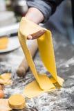 Chef& x27; s ręki przygotowywają ciasto dla makaronu obraz royalty free