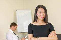 Chef sûr de femme au bureau Photo stock