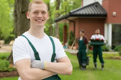 Chef satisfaisant d'une équipe de ` de jardiniers Photos stock