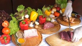 Chef schneidet Rindfleisch in Steaks auf einer hölzernen Planke, verschiedene Arten der Fleischlüge auf hölzernen Brettern auf de stock video footage