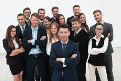 Chef se tenant devant une équipe de grande entreprise Image stock
