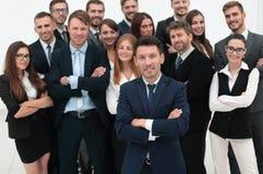 Chef se tenant devant une équipe de grande entreprise Photos libres de droits