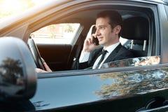 Chef som kallar på telefonen som placeras i bilen Royaltyfria Foton