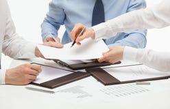 Chef som undertecknar ett avtal royaltyfri fotografi