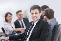Chef sur le fond de l'équipe d'affaires Image stock