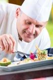 chef Szefa kuchni kucharstwo Szef kuchni dekoruje naczynie Szef kuchni przygotowywa posiłek Szef kuchni w hotelowej lub restaurac Zdjęcie Royalty Free