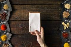 Chef tenant le carnet vide Cuisson du concept Configuration plate Photo stock